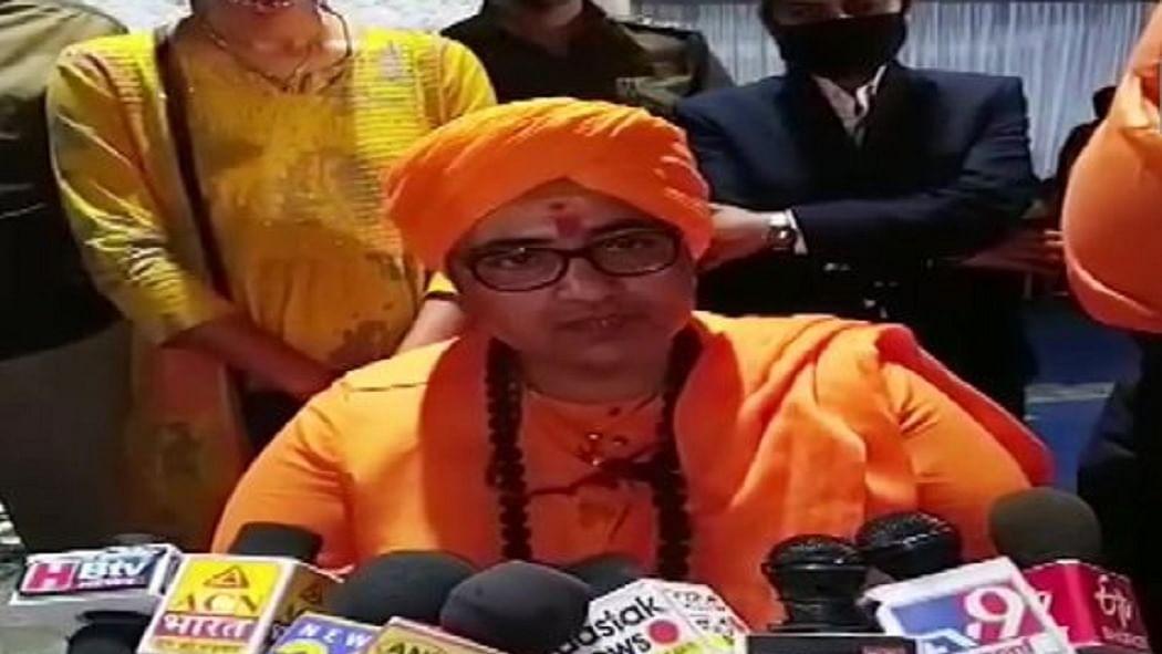 BJP सांसद प्रज्ञा ठाकुर ने बापू के हत्यारे गोडसे की देशभक्तों से की तुलना! दिग्विजय सिंह के बयान पर दी प्रतिक्रिया