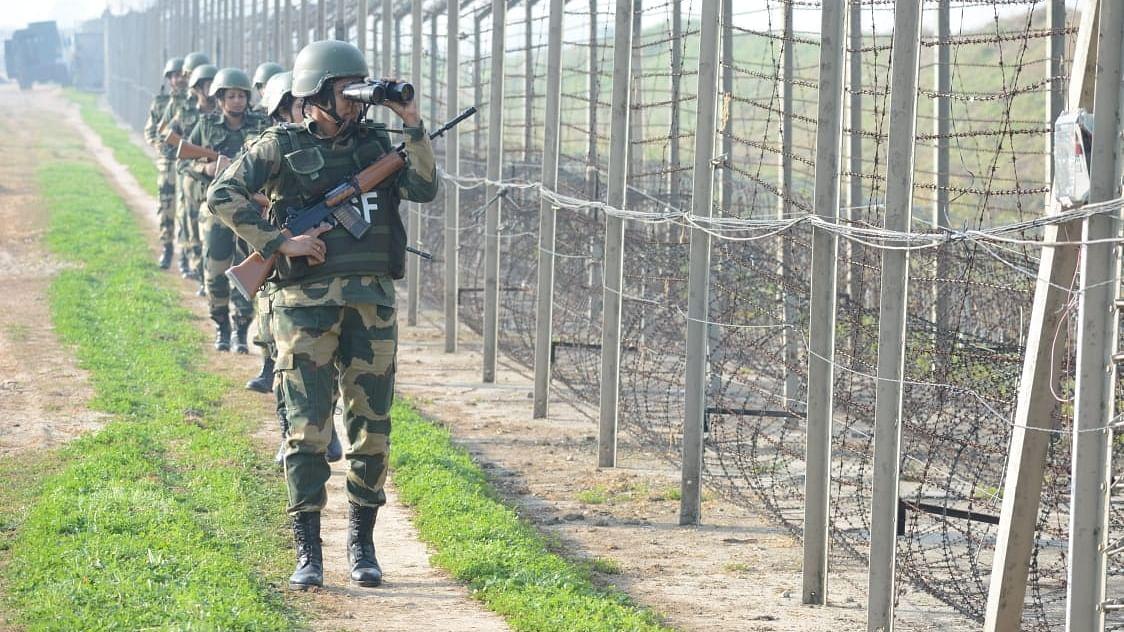 जम्मू-कश्मीर: सीमा पर घुसपैठ की कोशिश नाकाम, सुरक्षाबलों ने 3 आतंकियों को मार गिराया, 4 जवान घायल
