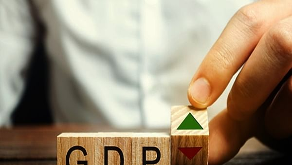 अर्थ जगत की 5 बड़ी खबरें: तेल की कीमतों में लगी आग और जानें भारतीय अर्थव्यवस्था को लेकर क्या है संयुक्त राष्ट्र अनुमान