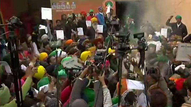 Farmers Protest LIVE: टिकरी और सिंघु बॉर्डर पर किसानों ने जलाई नए कृषि क़ानूनों की प्रतियां