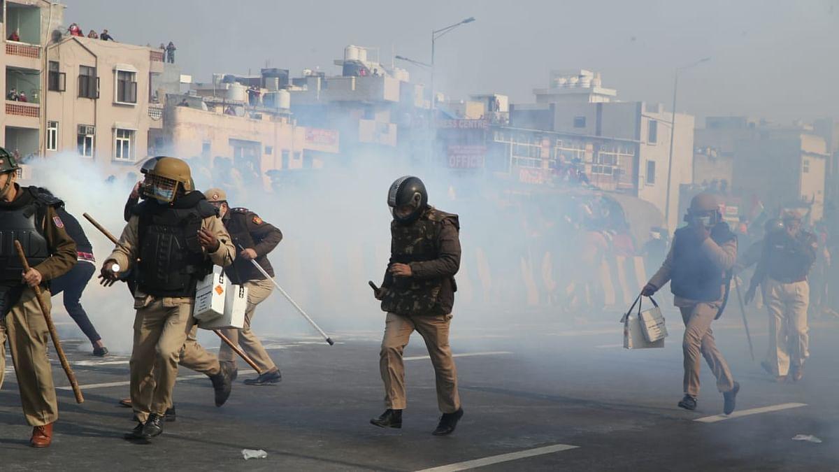 किसान ट्रैक्टर रैली: गाजीपुर-नोएडा मोड़ पर पुलिस ने किसानों पर किया लाठीचार्ज, दागे आंसू गैस के गोले