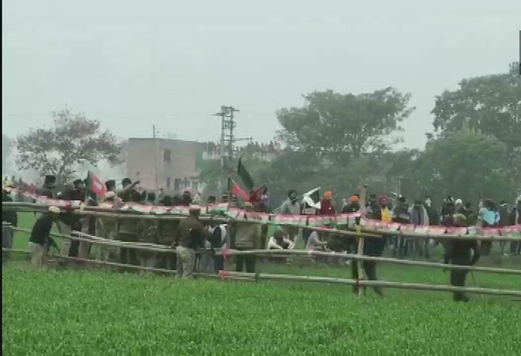 खट्टर की महापंचायत से पहले पुलिस-किसानों में भिड़ंत, आंसू गैस के गोले दागे, सुरजेवाला बोले- ढोंग कीजिए बंद