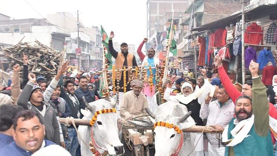 बिहारः किसानों के समर्थन में विपक्ष ने बनाई मानव श्रंखला, रोटियों की माला पहन  बैलगाड़ी से पहुंचे पूर्व मंत्री