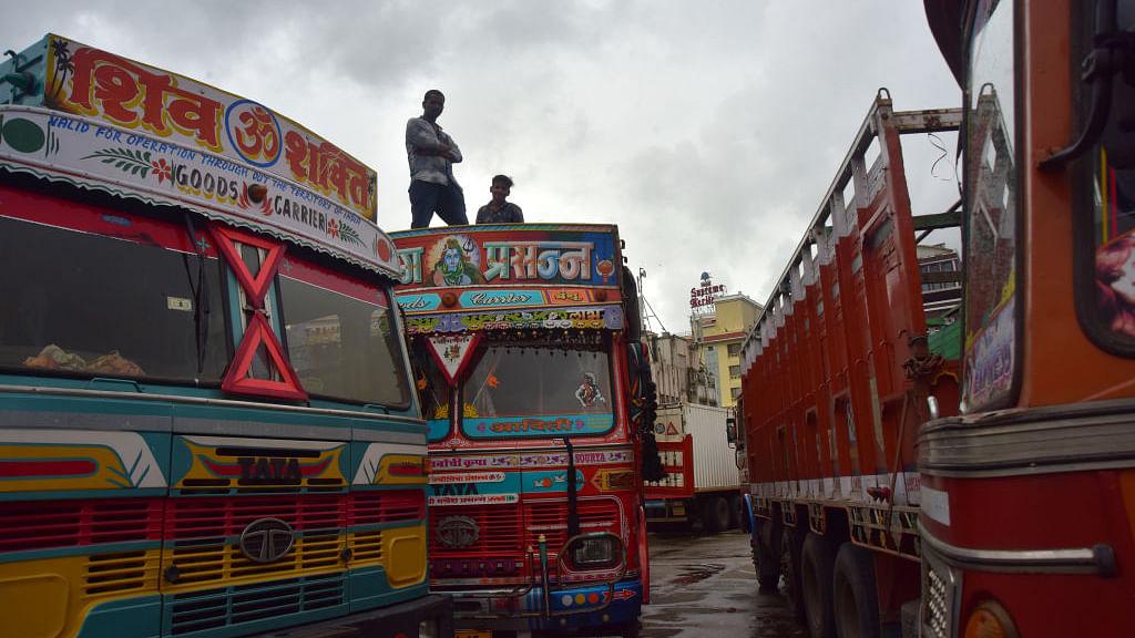 तेल कीमतों पर ट्रक ऑपरेटरों का सरकार को अल्टीमेटम, 14 दिन में नहीं कम हुए दाम तो कर देंगे काम बंद