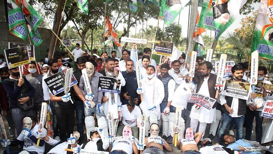 बढ़ती मंहगाई के खिलाफ सड़क पर उतरी यूथ कांग्रेस, दिशा रवि की गिरफ्तारी का भी किया विरोध