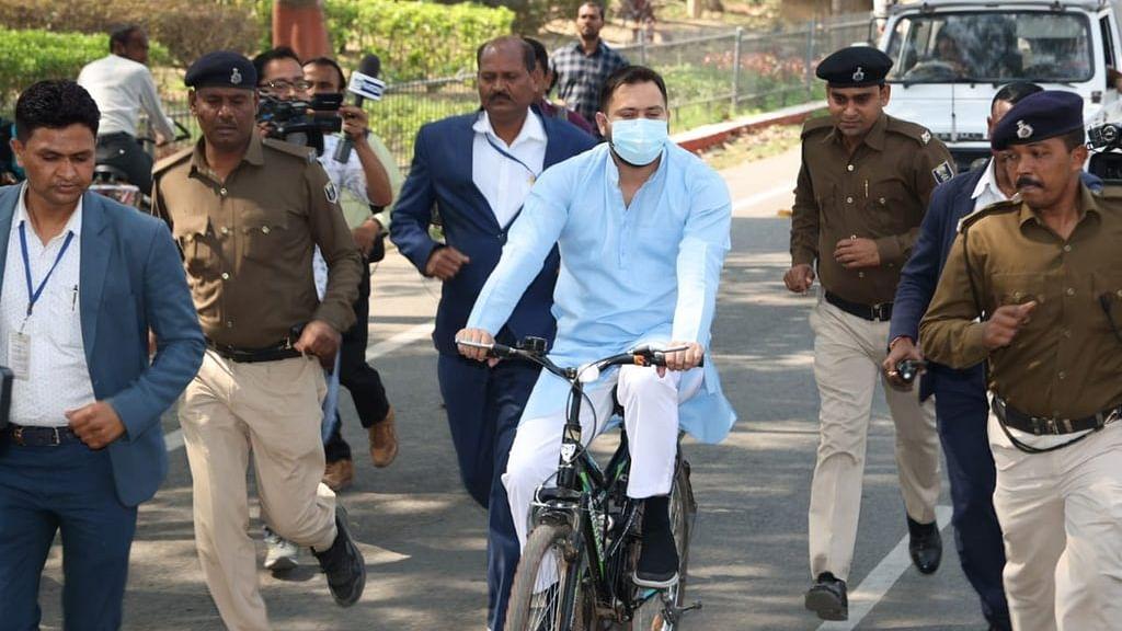 साइकिल चलाकर विधानसभा पहुंचे तेजस्वी, पेट्रोल-डीजल की बढ़ती कीमतों का किया विरोध