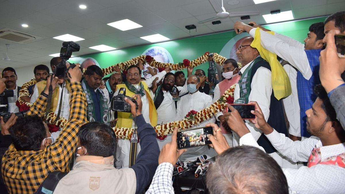 बिहार में पासवान की पार्टी एलजेपी को करारा झटका, 200 से अधिक नेता हुए जेडीयू में शामिल