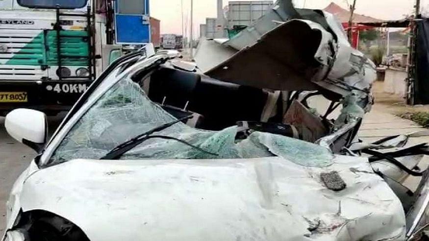 उत्तर प्रदेश के भदोही में भीषण सड़क हादसा, कार और ट्रक की टक्कर में 3 लोगों की दर्दनाक मौत, 3 गंभीर रूप से घायल