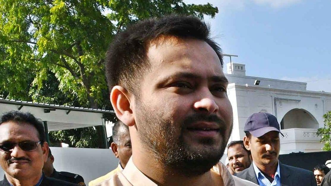 बिहार: मंत्री के घर से शराब मिलने पर तेजस्वी यादव का हमला, कहा- नीतीश कुमार सबसे बड़े शराब माफिया