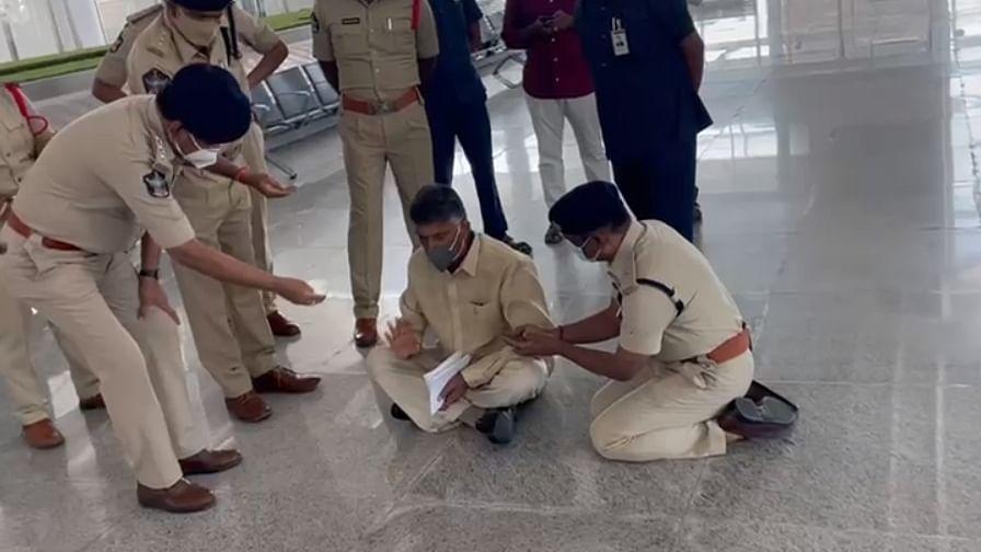 एयरपोर्ट पर हिरासत में लिए गए आंध्र के पूर्व CM चंद्रबाबू नायडू, पुलिस ने दिया सुरक्षा कारणों का हवाला