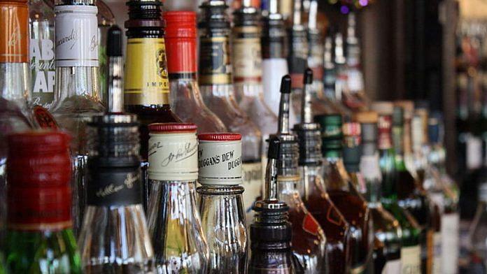 दिल्ली में शराब खरीदने की आयु कम करने पर बवाल, AAP बोली- बीजेपी शासित राज्यों में आयु 25 वर्ष हो तो, हम 30 साल कर देंगे