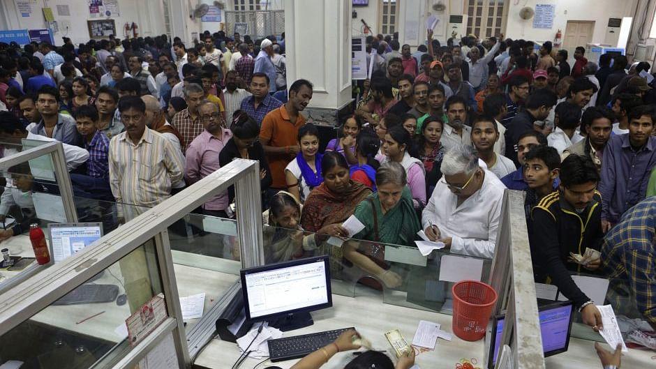 मोदी सरकार ने लोगों को दिया बड़ा झटका, PPF समेत छोटी बचत योजनाओं पर घटाई ब्याज दर