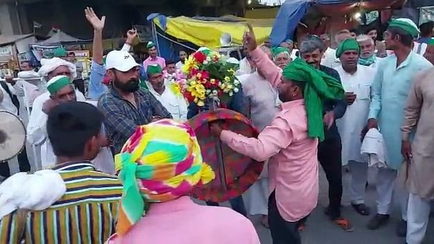 किसान आंदोलन: बॉर्डर पर दिखेगी किसानों की अनोखी होली, ढोल की थाप पर गाते बजाते पहुंच रहे किसान