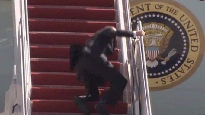 विमान पर चढ़ने के दौरान 3 बार फिसले अमेरिकी राष्ट्रपति के पैर, वायरल हुआ वीडियो, व्हाइट हाउस का आया बयान