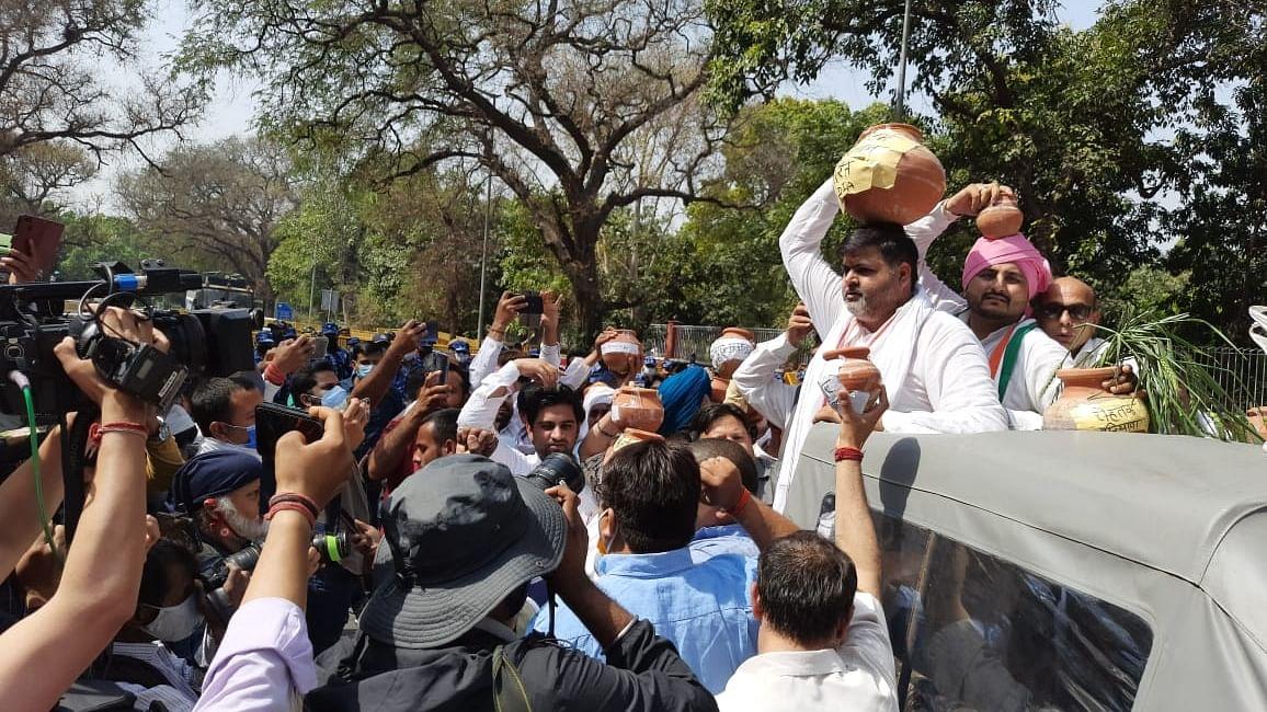 दिल्ली: नए कृषि कानूनों के खिलाफ किसान कांग्रेस का जोरदार प्रदर्शन, हिरासत में लिए गए कार्यकर्ता