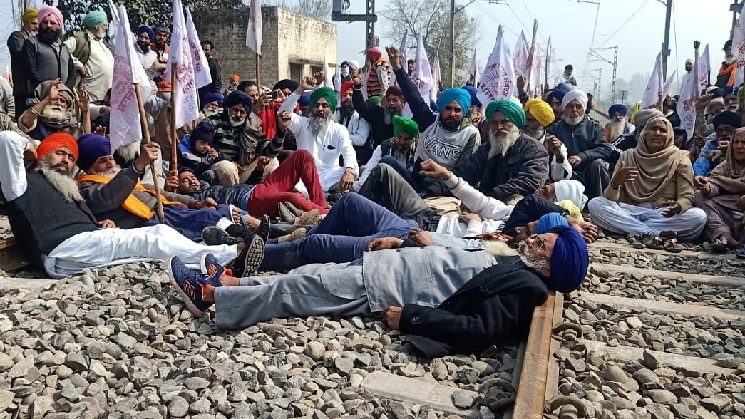 सड़क के बाद अब रेल ट्रैक जाम करेंगे किसान, 13 मार्च को मजदूरों के साथ निजीकरण के खिलाफ करेंगे प्रदर्शन