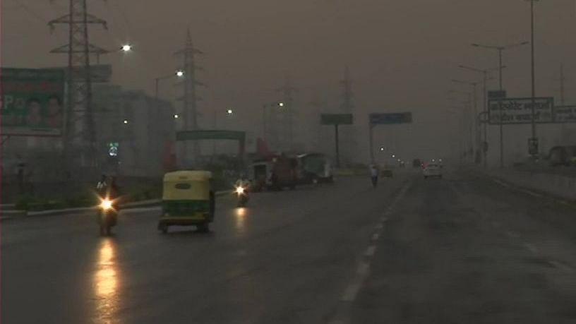 दिल्ली-एनसीआर में बदला मौसम का मिज़ाज, गरज के साथ हुई बारिश