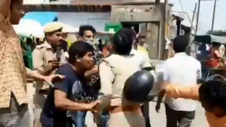 यूपी: RSS समर्थकों ने पुलिसकर्मियों को सारेआम पीटा, योगी सरकार के पुलिस के खिलाफ धरने पर बैठे BJP कार्यकर्ता