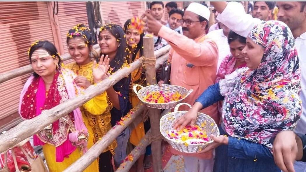 काशी में महाशिवरात्रि पर दिखी गंगा-जमुनी तहजीब, मुस्लिम समुदाय ने शिवभक्तों पर बरसाए फूल