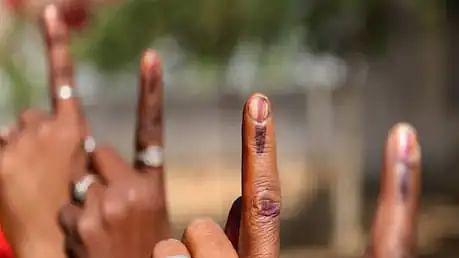 असम चुनाव में बड़ी गड़बड़ी, डाक मतपत्र के साथ मिला अधिकारी, पूरी खबर पढ़कर चौंक जाएंगे आप!