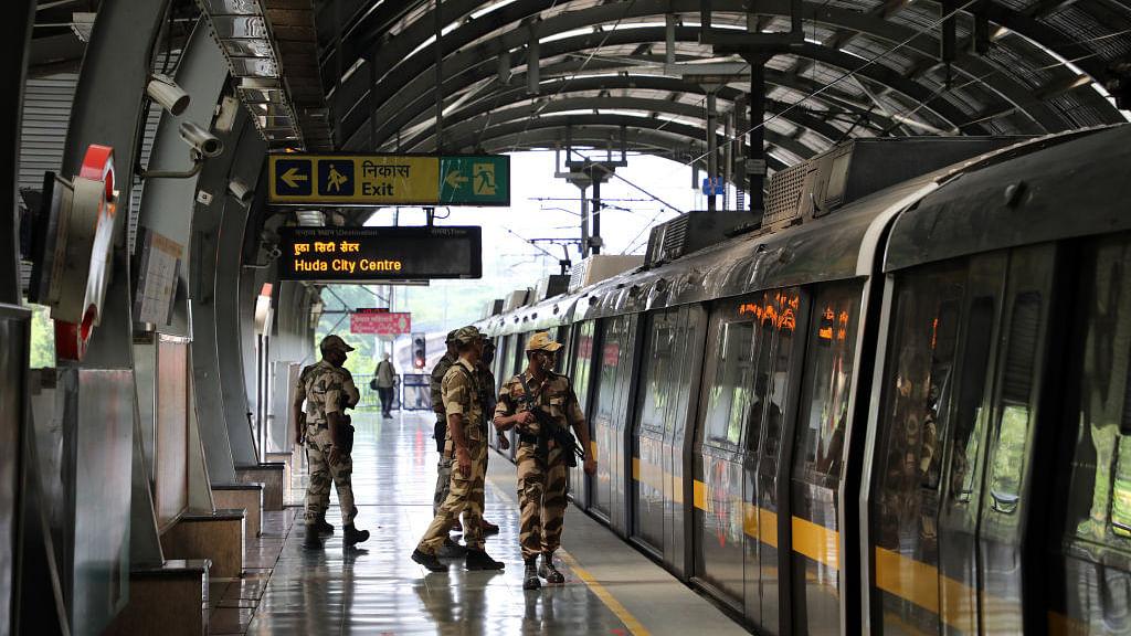 दिल्ली में लॉकडाउन के दौरान मेट्रो ने भी बदला समय, सिर्फ इन समय पर ही चलेगी मेट्रो, देखें किसको है इजाजत