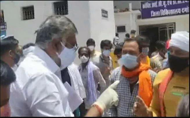 ऑक्सीजन मांगने पर मोदी के मंत्री ने दी थप्पड़ मारने की धमकी, कोरोना संकट में सामने आई अमानवीयता