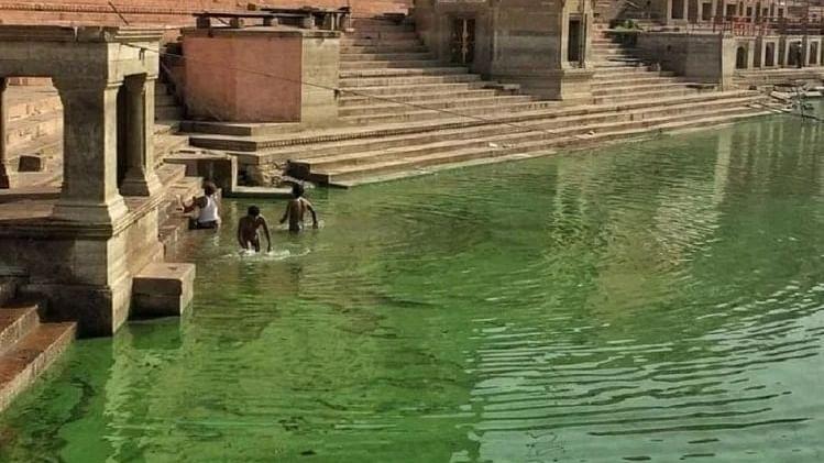 वाराणसी में बदला गंगा नदी का रंग, पानी से आ रही दुर्गंध, पहली बार हुआ है ऐसा, स्थानीय लोगों का दावा