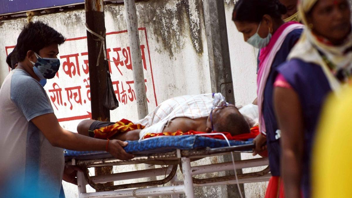 यूपी में कोरोना से स्वास्थ्य व्यवस्था बेहाल! 30 लोगों के मौत के बाद गांव वालों ने खुद संभाला मोर्चा, किया सील