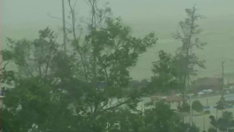 तूफान यास का लैंडफॉल शुरू, बंगाल और ओडिशा के कई इलाकों में घुसा समुद्र का पानी, इन राज्यों में भारी बारिश की आशंका