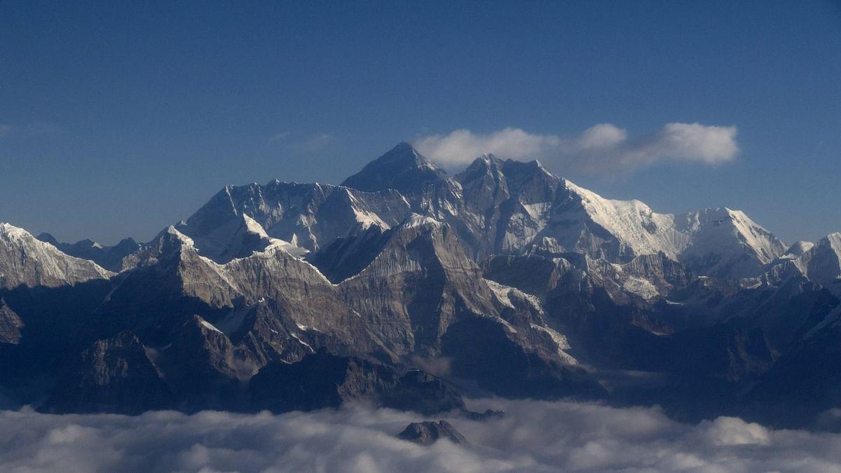 कोरोना वायरस के चलते चीन ने माउंट एवरेस्ट पर रद्द की चढ़ाई, 2 पर्वतारोही मिले थे मृत