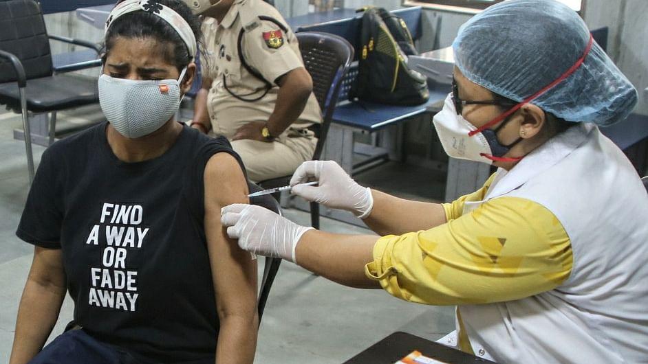 बड़ी खबर LIVE: वर्कप्लेस के वैक्सीनेशन सेंटर में कर्मचारियों के परिवार को भी लगेगा टीका, जारी हुई नई गाइडलाइंस