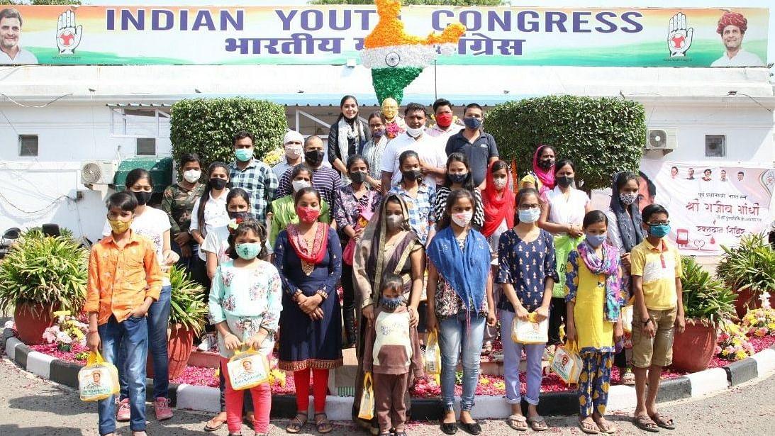 राजीव गांधी की पुण्यतिथि पर यूथ कांग्रेस की बड़ी पहल, कोरोना से अनाथ बच्चों को दी आर्थिक मदद
