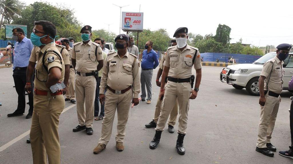 कोरोना लॉकडाउन: बिहार में घर से बाहर निकलने के लिए लोगों के अजब-गजब बहाने, पिंपल्स के इलाज के लिए मांगे रहे छूट