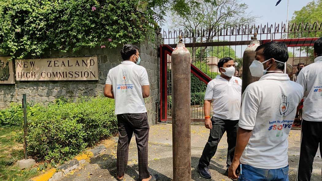 न्यूजीलैंड एंबेसी ने कांग्रेस से मांगी ऑक्सीजन, श्रीनिवास ने तुरंत पहुंचाया सिलेंडर, केंद्र की किरकिरी पर ट्वीट डिलीट