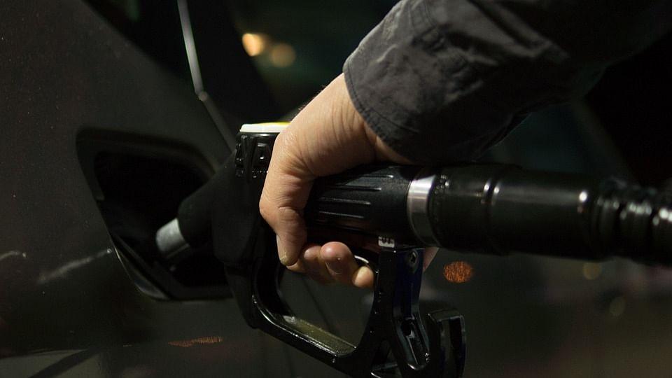 कोरोना और ब्लैक फंगस महामारी के बीच लोगों पर दोहरी मार जारी, पेट्रोल-डीजल की कीमतों में लगी आग, जानें नया रेट