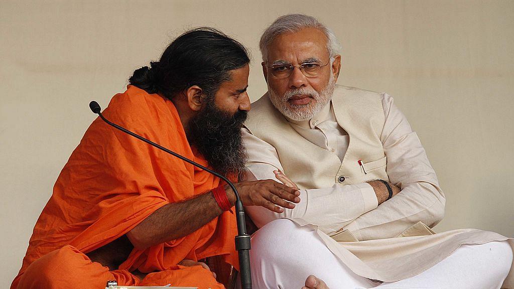 यह 2014 की तस्वीर है, जिसमें रामदेव ने पीएम मोदी को योग कराया था (फोटो : Getty Images
