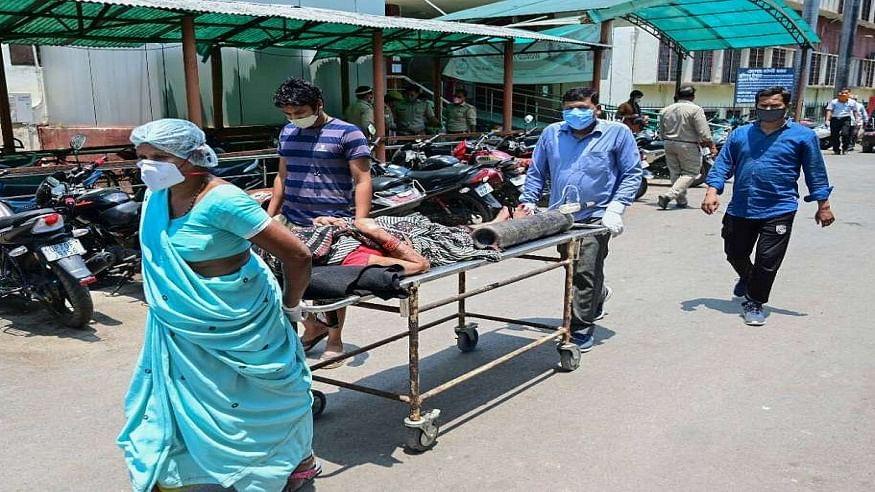 उत्तर प्रदेश में कोरोना का कहर! इस गांव में 10 दिनों में 26 लोगों की मौत, मरीजों में दिखे कोरोना के लक्षण