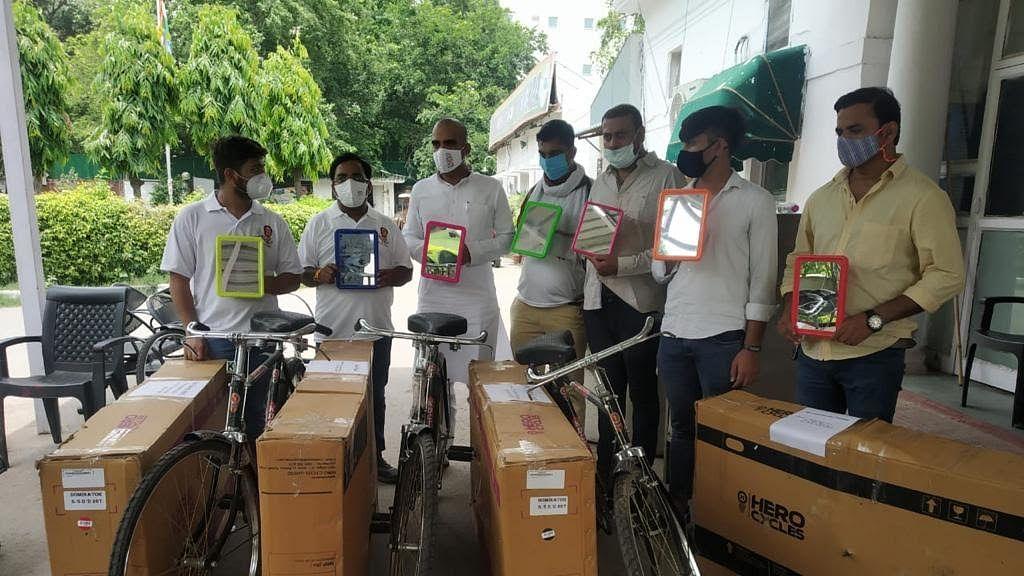 बढ़ते पेट्रोल-डीजल की कीमतों के खिलाफ युवा कांग्रेस का हल्ला बोल, मोदी-शाह समेत कई मंत्रियों को भेजी साइकिल