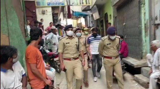 योगीराज में अपराधी बेखौफ! गाजियाबाद में बदमाशों ने एक ही परिवार के 4 लोगों पर बरसाईं गोलियां, 3 की मौत, एक घायल