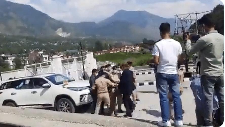 हिमाचल प्रदेश में गडकरी के सामने भिड़े पुलिस अफसर, सीएम के सामने भी नहीं माने, चलाते रहे लात-घूंसे