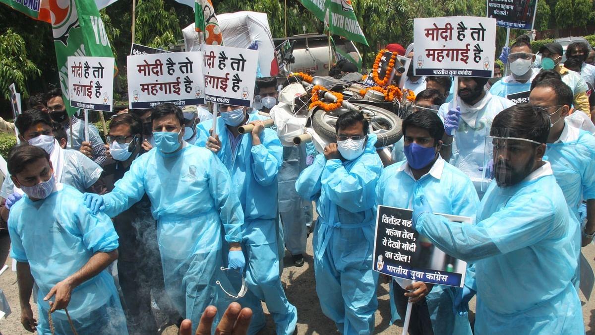 पेट्रोल-डीजल की कीमतों के खिलाफ युवा कांग्रेस का पेट्रोलियम मंत्रालय पर प्रदर्शन, सरकार पर लगाया खुली लूट का आरोप