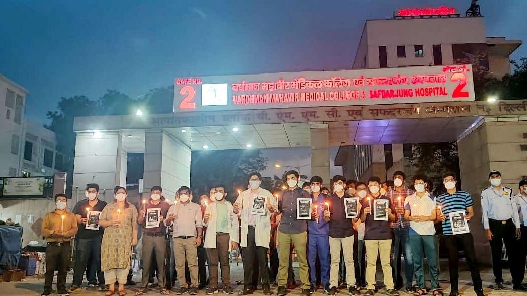 दिल्ली के रेजिडेंट डॉक्टरों ने MP के डॉक्टरों के समर्थन में निकाला कैंडल मार्च, शिवराज सरकार पर लगाए कई आरोप