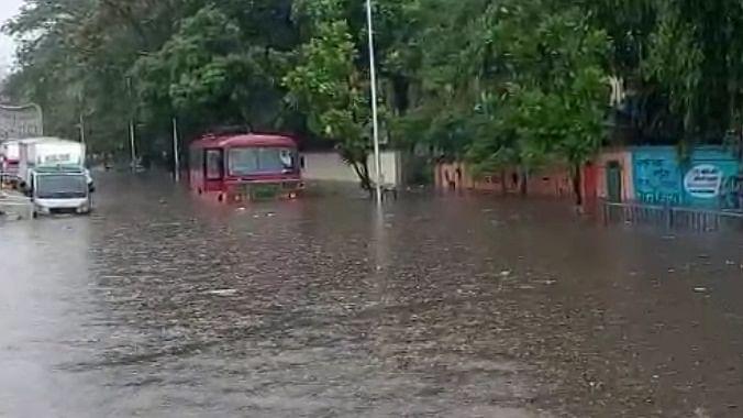 महाराष्ट्र में मानसून की दस्तक, बारिश से मुंबई में ट्रेन-यातायात प्रभावित, सड़कें बनीं तालाब, तस्वीरों में देखें हाल