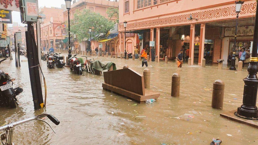 यूपी-बिहार में बारिश से बाढ़ जैसी स्थिति, 'वाराणसी बना वेनिस', येचुरी ने फोटो शेयर कर पीएम मोदी पर कसा तंज