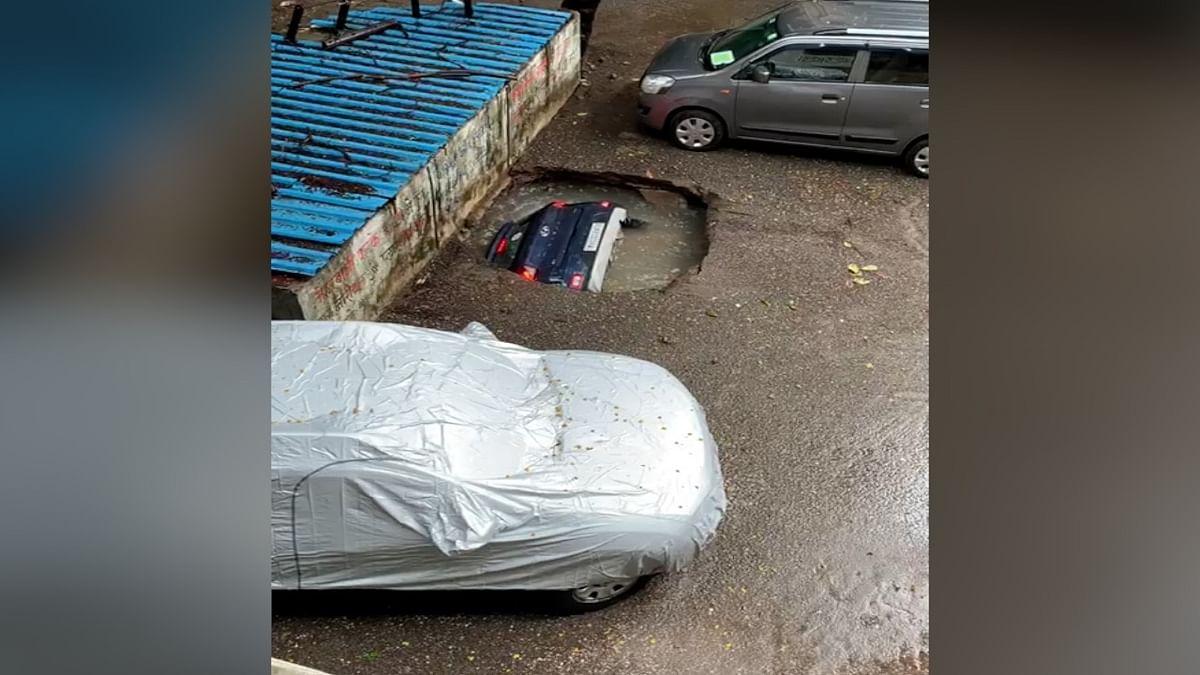 ...जब पल में धरती में समा गई कार, देखें हैरान करने वाला वीडियो