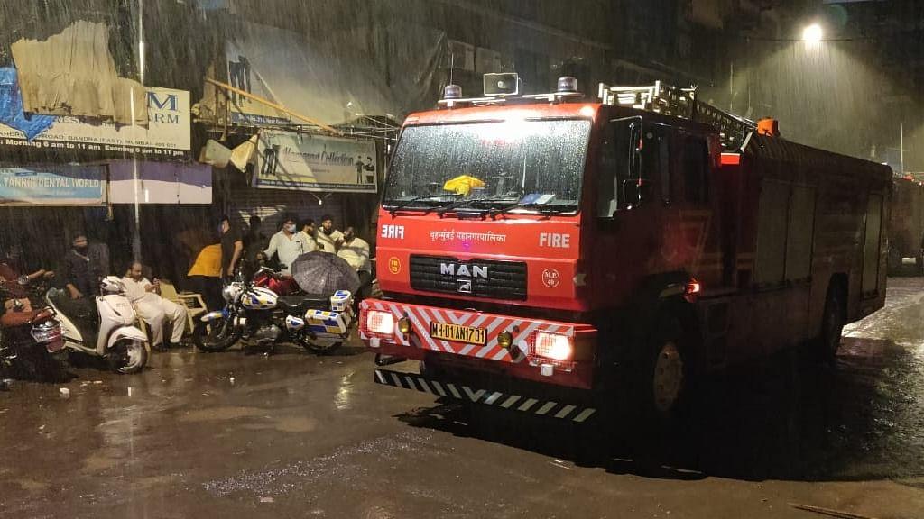 मुंबई के बांद्रा में बड़ा हादसा, इमारत गिरने से एक की मौत, 5 लोग घायल