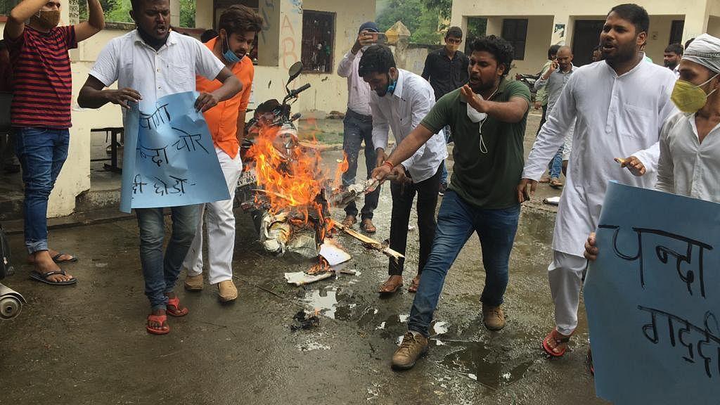 राम मंदिर भूमि खरीद घोटाले के खिलाफ NSUI ने फूंका योगी-मोदी का पुतला, अयोध्या कूच की दी चेतावनी