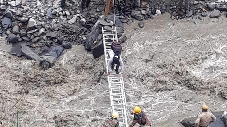 हिमाचल के सिरमौर में बड़ा भूस्खलन, पलक झपकते ही पूरी सड़क गायब, देखें वीडियो