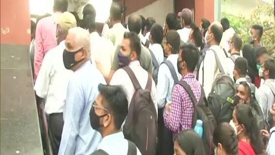 दिल्ली में आज से 100% क्षमता के साथ मेट्रो-बस सेवाएं शुरू, पहले ही दिन उड़ी कोरोना नियमों की धज्जियां