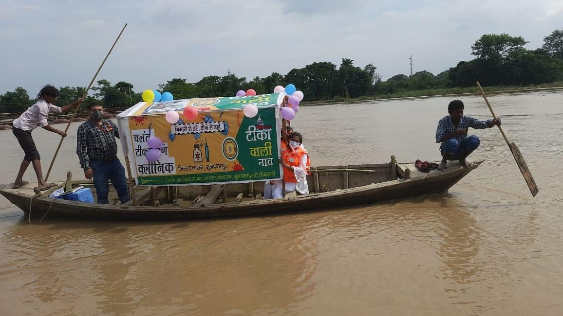 कोरोना के खिलाफ जारी जंग में बिहार स्वास्थ्य विभाग की अनोखी पहल, बाढ़ प्रभावित गांवों में 'टीका वाली नाव'